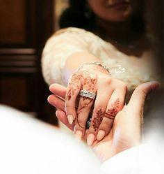 Muslim Couple Photography, Indian Wedding Photography, Photography Couples, Elegant Couple, Cute Love Couple, Wedding Ring Finger, Wedding Rings, Wedding Band, Wedding Photos