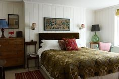 Tongue-and-groove panelling adds New England-style charm to the spare room (in what used to be the butler's pantry) of this London house restored to its original style by interior designer Max Rollitt. Victorian Bedroom, Bedroom Vintage, Vintage Home Decor, Vintage Beds, Tongue And Groove Panelling, Wall Panelling, Wood Paneling, Décor Antique, Table Vintage