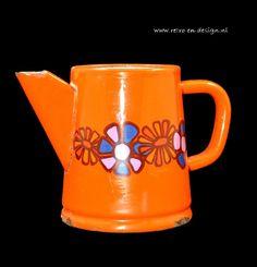 Brabantia 'Diane' Koffiepot, Emaille  Koffiepotje van Brabantia voor op open vuur. Geëmailleerd, oranje en in het design 'Diana'.  Potje heeft de nodige gebruikssporen, maar heeft mede daardoor een mooie brocant uiterlijk. Zie: http://www.retro-en-design.nl/a-41890735/vintage/brabantia-diane-koffiepot-emaille/