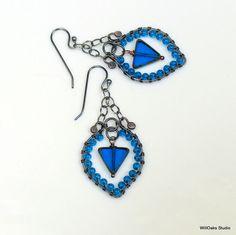 Blaugrün blaue Perlen Dreieck baumelt, Hippie Hoops Böhmisches Glas, verzieren Feminine Ohrringe in gemischte Metalle, Artisan-Original von WillOaks Studio