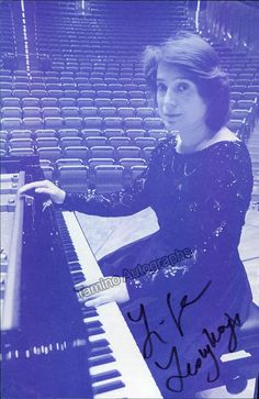 Leonskaja, Elisabeth - Signed Half-Tone Photo