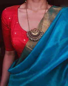 Beautiful silk saree with gold pendant . sari indienne avec la pendentif en or . Indian Attire, Indian Wear, Indian Outfits, Saree Blouse Patterns, Sari Blouse Designs, Simple Sarees, Trendy Sarees, Saree Jackets, Saree Jewellery