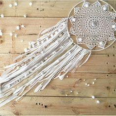 attrape reve blanc avec une toile en jolie dentelle blanche, décoration de perles et franges blanches