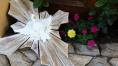 Divino espírito santo em cruz, TAMANHO GRANDE.   A peça vendida é única e da foto.    Comprimento 62cm  Largura: 45 cm    Peça acompanha quatro flores em madeira. Trabalho entalhado a mão, madeira eucalipto rosa.    Linda peça para decoração de ambientes. Peça única!    Por ser um produto artesan...