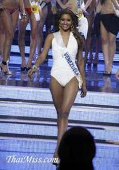 Elizabeth Mosquera en Tokio  Japon representando a Venezuela en el Miss International 2010, en el Desfile en Traje de Baño..