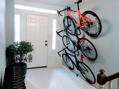 The Dan pedal hook is a horizontal bike storage system. He is easy to use and offers the display look of shelves and brackets at a lower cost. Dan angles the bi cycling DaHÄNGER Dan pedal hooks for three bikes