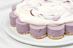 Mustikoista valmistat upean violetin kakun, jonka väriä ja makua voit säätää mustikoiden määrällä. Tästä kakusta riittää useammallekin herkkusuulle. Voit halutessasi puolittaa reseptin ja valmistaa sen halkaisijaltaan 24 cm irtopohjavuokaan. Voit valmistaa kakun myös muista marjoista tai marjasekoituksista. Hyydytetty mustikkakakku (gluteeniton)