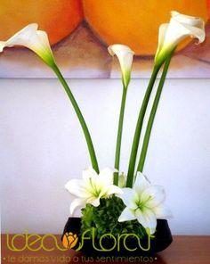 Centro de mesa hecho de alcatraces y lilies.