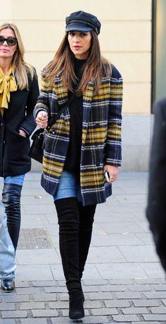 aula combina el abrigo amarillo de cuadros XL con unas botas mosqueteras y una gorra de inspiración marinera. - AR-Revista.com