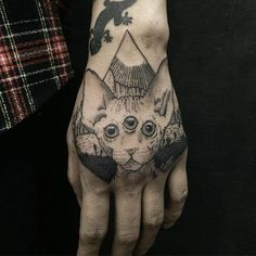 Spectacular hand tattoos (the most effective images! Aa Tattoos, Cute Tattoos, Girl Tattoos, Tatoos, Alien Hand, Illuminati Tattoo, Christmas Tattoo, Tattoo Und Piercing, Tattoo Trends