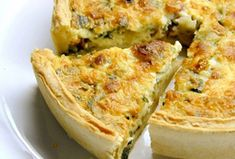 Cheesy Spinach and Bacon Quiche. This easy cheesy spinach quiche can be made ahead of time and reheated for later and is a crowd pleaser. A cheesy spinach and bacon quiche is a great way to share a great meal with good friends. Breakfast And Brunch, Breakfast Casserole, Best Breakfast, Breakfast Quiche, Breakfast Healthy, Healthy Eating, Bacon Breakfast, Healthy Breakfasts, Sunday Brunch