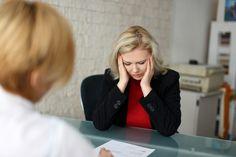 """Perder el trabajo es una de las experiencias más duras a las que se puede enfrentar un trabajador. A menudo ignoramos las señales que preceden a un despido o pensamos """"eso no me va a pasar a mí"""". """"La noticia del despido es una importante sacudida a la autoestima de cualquier persona"""" asegura Lynn Taylor, experta en lugares de trabajo y autora de Domestica al terrible tirano de la oficina: cómo manejar la conducta infantil del jefe y prosperar en el trabajo."""