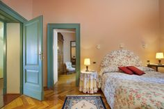 Deluxe room in Villa with park view: Room with pastel pink tones, floral decoration textiles, Jacuzzi hydro massage bathtub and antique parquet floor. Romantic and intimate it faces the private park of the Villa.  Hotel Villa Sostaga - Gargnano - lake Garda