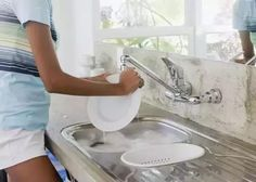 An action when washing dishes, bacteria unknowingly eat into the belly! Domestic Cleaning, Washing Dishes, Platforms, Kitchen Appliances, Action, China, Eat, Diy Kitchen Appliances, Home Appliances