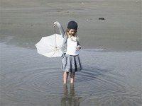 Cardigan et jupe Essentiel girls - Mode enfants 2007 - Alliance réussie d'un jupon plissé en satin gris et d'un cardigan en grosse maille. On aime : les petits plis ajourés de la jupe qui donnent un air rétro à cette tenue bobo-chic...