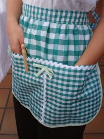 """:: ENTRE TELAS ::: DELANTAL """"CON PINZA"""" Easy Sewing Projects, Sewing Crafts, Craft Stalls, Sewing Aprons, Apron Designs, Clothes Line, Pattern Drafting, Gifts For Girls, Fabric Scraps"""