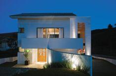 Geometrik şekli ve şık tasarımıyla öne çıkan ev projesi.