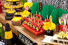 Como muitos meninos na sua idade, o Vicenzo é louco por carros! Daí a ideia de comemorar seus 2 aninhos no tema! A decoração criativa ficou por conta da Mi