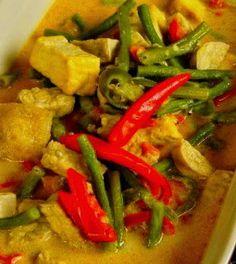 Oblok oblok is een pittig groentegerecht met tahu en/of tempee uit de Indonesische keuken. Er kunnen verschillende groenten in worden verw... Veggie Recipes, Indian Food Recipes, Asian Recipes, Cooking Recipes, Ethnic Recipes, Indonesian Cuisine, Indonesian Recipes, Asian Kitchen, India Food