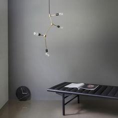 franklin ist ein eigensinniger kronleuchter aus messing oder in schwarz der als retro kunstwerk