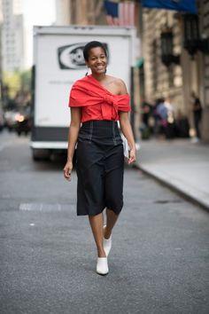 Passi immacolati I sabot di Céline ricordano gli zoccoli per la suola in legno e i bulloncini in metallo d'orato che ornano il perimetro della suola #nyfw #streetstyle #trend #white #shoes