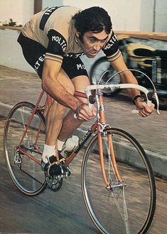 Eddy Merckx, from Miroir du Cyclisme, October He is riding what appears to be a DeRosa, which would be interesting for Vintage Cycles, Vintage Bikes, Anjou Velo Vintage, Velo Retro, Bmx, Bike Poster, Cycling Art, Track Cycling, Cycling Tips