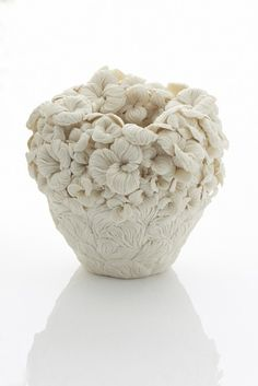 Ceramicist Hitomi Hosono creates vessels born from several, leaf- and flower-like forms. These porcelain pieces carry the rich textures and shapes of their inspiration, even in their interiors. Sculptures Céramiques, Sculpture Art, Hitomi Hosono, Salon Art, Colossal Art, Art Japonais, Paperclay, Porcelain Jewelry, Ceramic Flowers