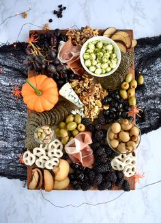 A spooky charcuterie board is perfect for a Halloween party. I'll show you how to put together a spooky charcuterie board that your guests will love. Party Food Meat, Party Food Buffet, Party Snacks, Appetizers For Party, Appetizer Recipes, Halloween Food For Adults, Halloween Food For Party, Halloween Candy, Chic Halloween