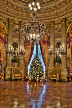 One week left before Christmas 🎄 Amazing picture taken inside The Breakers in Newport 🏛️ Courtesy of . Christmas Scenes, Christmas Love, All Things Christmas, Beautiful Christmas, Merry Christmas, Christmas Palace, Xmas, Christmas Wedding, American Mansions