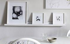 Prateleiras fininhas do tipo canaleta são o apoio perfeito para acomodar uma composição de quadros em qualquer ambiente da casa. Perfeito para quem tem pouco espaço e também para quem gostar de mudar a composição de tempos em tempos. Como os quadros ficam apoiados você fica livre para trocar a