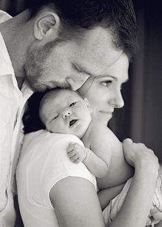 newborn baby photography poses with mom and dad Baby Poses, Newborn Poses, Newborn Session, Newborns, Sibling Poses, Newborn Photo Shoots, Newborn Photography Poses, Children Photography, Family Photography