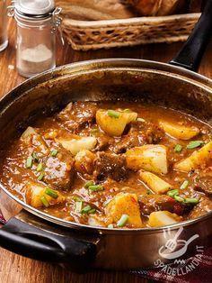 Spicy pork stew and potatoes - Lo Spezzatino piccante di maiale e patate è una ricetta rustica montanara, ideale per le giornate fredde. Sostanzioso e gustoso! #spezzatinodimaiale