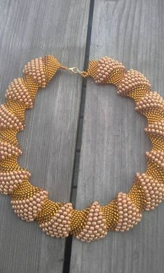Tutorial videos how to do peyote bead weaving with various sizes of beads beadaholique – Artofit Seed Bead Necklace, Seed Bead Jewelry, Necklace Set, Beaded Necklace, Beaded Bracelets, Beaded Jewelry Designs, Handmade Jewelry, Collar Redondo, Necklace Tutorial