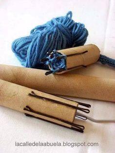 Es un telar hecho con un tubo de cartón para tejer en redondo esta buenísima la idea, encontrado en Crochet Art