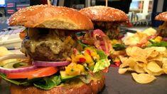 Hjemmelaget hamburger og hamburgerbrød med avokado og mangosalsa
