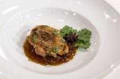 Frango estufado com molho masterstock, couve chinesa, cebola, gengibre e coentros