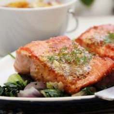 Pannestekt laks med spinatsalat og sennepssaus