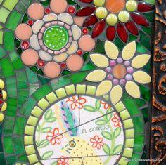 Un conejo amarillo feliz retoza entre las flores!  Una baldosa cerámica serigrafía se rompe y reconstruye rodeado por una explosión de flores brillantes, modernas creado usando la mano cortar vidrio, baldosa cerámica, azulejo de mosaico de vidrio, granos de cristal, vidrio millefiori, gotitas de cristal, de vidrio Murano azulejos, azulejo de mosaico de vidrio vítreo. Lechada gris carbón Acentos los brillantes verdes, rojos, duraznos, rosas y amarillos.  El marco personalizado es una rústico…