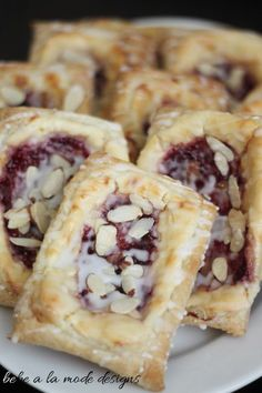 Raspberry Almond Cream Cheese Pastry - you've gotta try this! How easy to make with puff pastry and any flavor jam you like really and you could use vanilla in place of almond flavor too. Great breakfast or brunch. Yummy Recipes, Baking Recipes, Sweet Recipes, Delicious Desserts, Dessert Recipes, Yummy Food, Recipies, Brunch Recipes, Cream Cheese Pastry