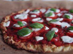 Blumenkohlpizza mit Tomaten, Mozzarella und Basilikum - low carb