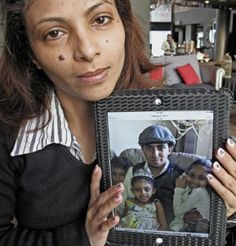 Ensaf Haidar présente une photo de son mari, le blogueur Raïf Badawi, et de leurs trois enfants, Tirad, Najwa et Myriam.
