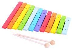 BigJigs Xylofon Tre er en fargeglad xylofon som utvikler barnets hørsel, koordinasjon og evnen til å huske hvilken handling som gir hvilken konsekvens. Xylofonen er utviklet for å passe de yngre barna - slagpinnene er perfekt for små barnehender.<br><br>Mål:  40 x 35 x 25 cm.<br><br>Anbefalt alder: fra 2 år.