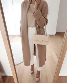 Classic neutral outfits that are simple and sophisticated. Classic neutral monochrome outfits are the perfect way to look more polished and professional. Trajes Business Casual, Business Casual Outfits, Professional Outfits, Office Outfits, Mode Outfits, Classy Outfits, Stylish Outfits, Business Professional, Casual Work Outfits
