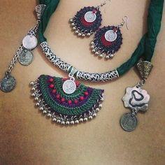 Scarf with crochet touch Boho Crochet Patterns, Crochet Necklace Pattern, Crochet Bracelet, Beaded Jewelry Patterns, Textile Jewelry, Fabric Jewelry, Bead Crochet, Crochet Earrings, Jewellery