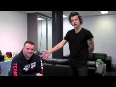 One Direction's Harry Styles challenged their chef to a cook off. Featuring Gemma Styles and Lou Teasdale! One Direction Harry Styles, One Direction Videos, 1d Day, Gemma Styles, Cook Off, Mr Style, Louis And Harry, Style Challenge, 1d And 5sos