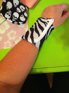 how to make a wrist wallet~where was this during my club days?!