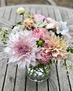 """Elin på Instagram: """"Jag har så många bilder från årets buketter så nu tänkte jag fylla den låååånga månaden januari med blommor. Får se hur länge de…"""" Floral Wreath, Wreaths, Garden, Flowers, Bouquet, Instagram, Decor, Pictures, Floral Crown"""