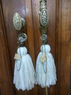 Resultado de imagen para puerteros Handmade Necklaces, Handmade Jewelry, Pom Pom Mobile, Diy Crafts Jewelry, Sweet Home, Crochet Flowers, Baby Knitting, Diy Bedroom Decor, Wind Chimes
