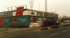 Den 2. april klokken 08.00 1979 åbnede Lars Larsen verdens allerførste Jysk Sengetøjsalger på Silkeborgvej i Århus. Udenfor er køen så lang af kunder, at de må lukkes ind i hold á cirka 50 ad gangen. Da dagen er omme, lyder omsætningen på cirka 220.000 kroner, hvilket langt overgår selv de mest optimistiske forventninger.