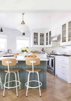 Kitchens With No Uppers: Insanely Gorgeous or Just Insane? - Emily Henderson Farmhouse Kitchen Island, Kitchen Island Decor, Modern Farmhouse Kitchens, Cool Kitchens, Kitchen Rustic, White Kitchens, Antique Farmhouse, Farmhouse Table, Cottage Tudor